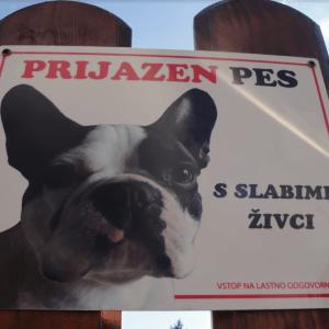 Pozor prijazen pes s slabimi zivci tabla za na ograjo garderoba 14