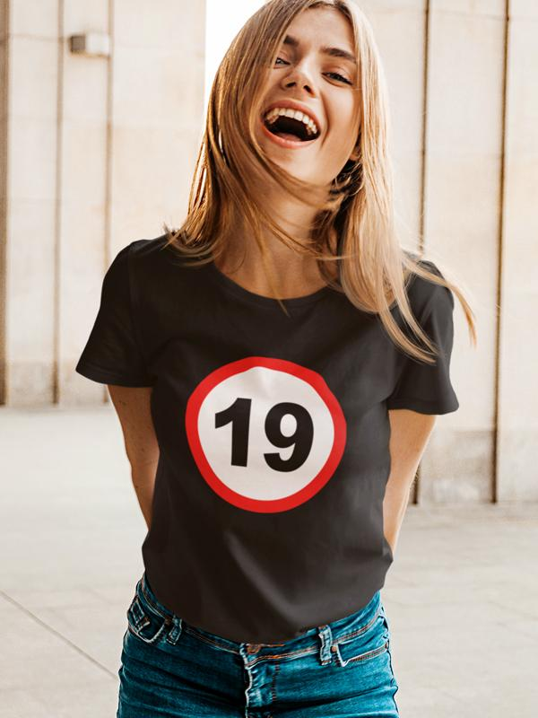 potiskana majica rojstni dan 19 let prometni znak mlaj zabavno žurka veselica mladina zabava tiskarna garderoba tisk na majice internetna prodaja dostava osebni prevzem unikati trgovina ljubljana dtg tisk